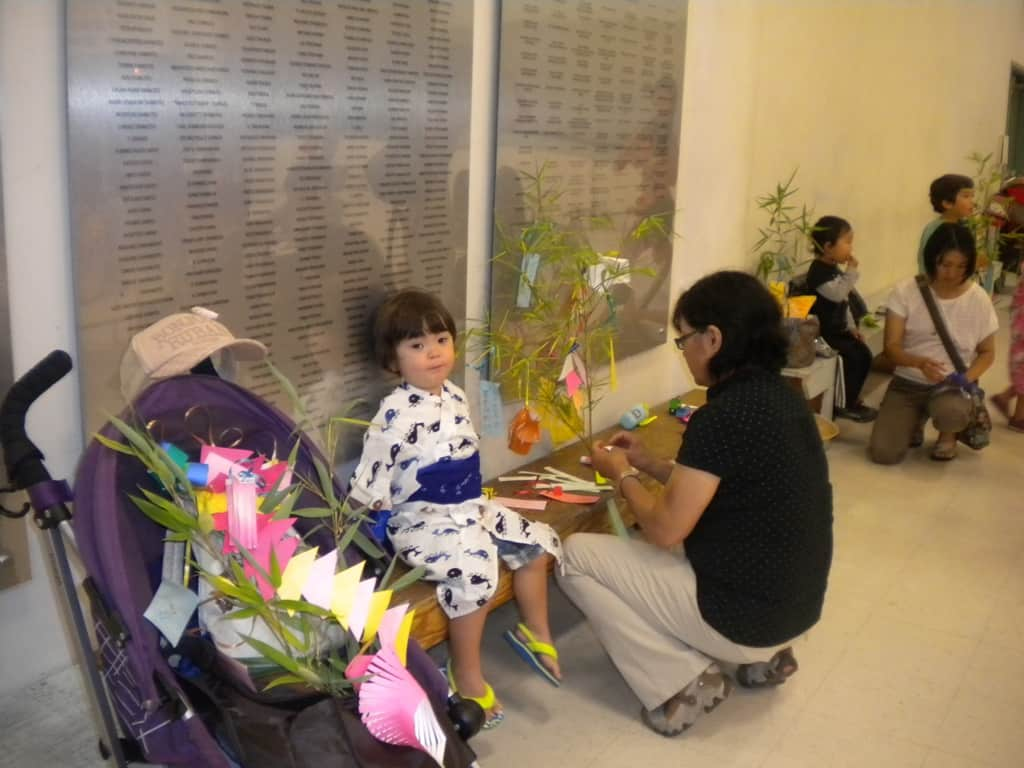 Parents and children decorated a bamboo tree together. 親子で作った笹飾