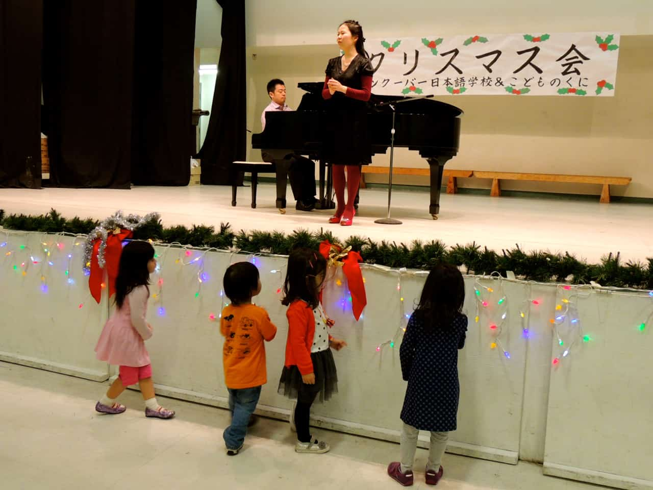 Kids were excited by their teacher's performance・先生の歌声に子供達は釘付け
